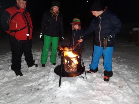 Winterlagerfeuer im Garten 1